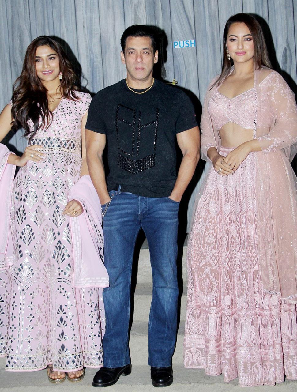 Salman Khan Pravudeva Sonakshi Sinha Saaiee Manjrekar clicked promotions of Dabangg at bigboss set