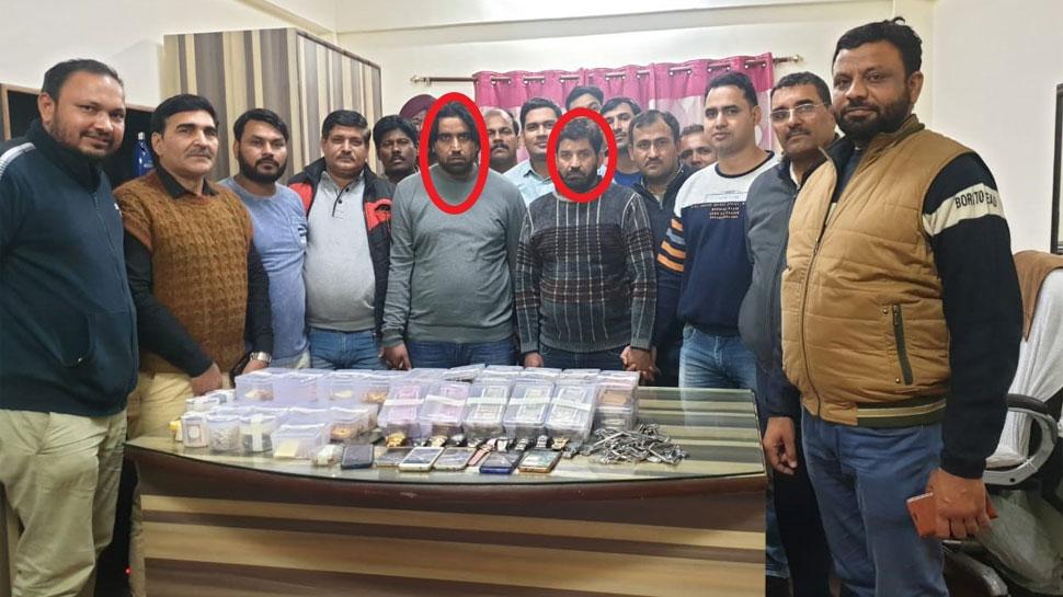 दिल्ली पुलिस ने करोड़पति भाइयों की जोड़ी गिरफ्तार किया,1 करोड़ का सोना और लाखों का कैश बरामद