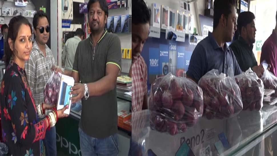 इस महंगाई में दुकानदार ने दिया जबरदस्त ऑफर, मोबाइल खरीदने पर 2 किलो प्याज मुफ्त