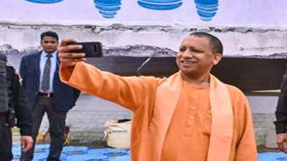 कानपुर: सीएम योगी ने किया सीसामऊ में सेल्फी पॉइंट का उद्घाटन, पहली बार ली selfie