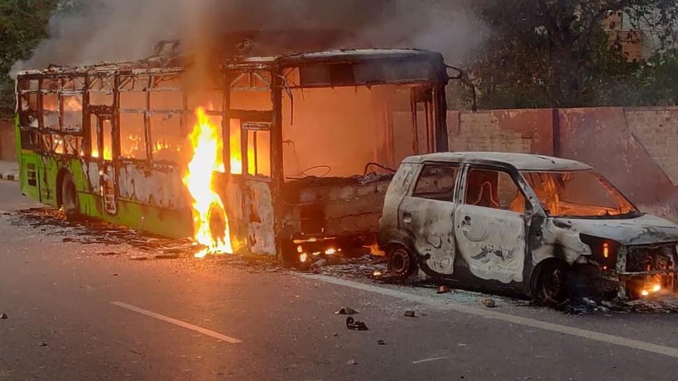 दिल्ली में बवाल, 3 बसें फूंकीं; पुलिस ने कहा- तैयारी के साथ आए थे कुछ उपद्रवी