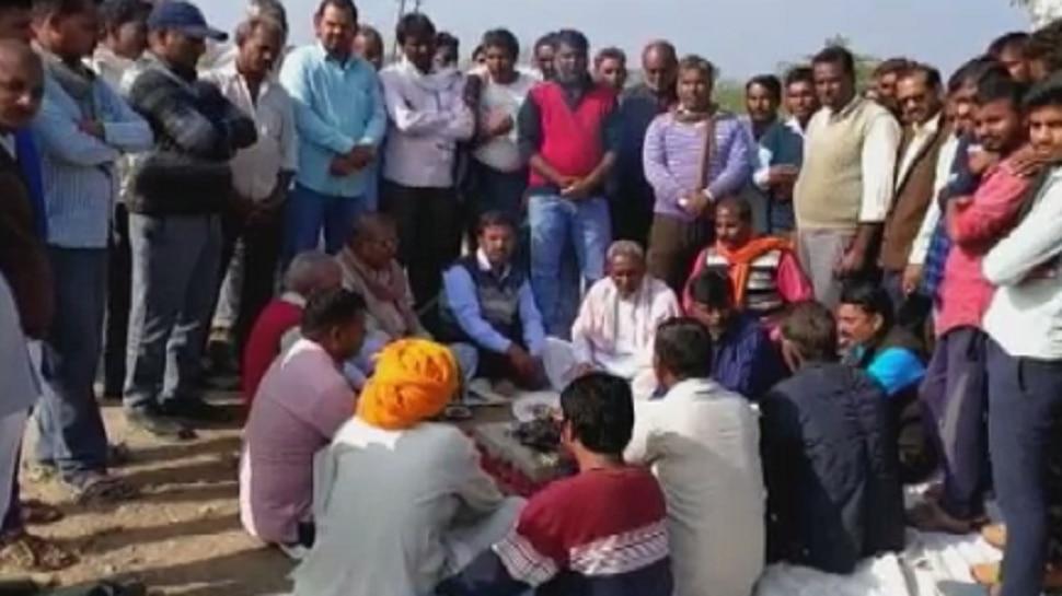 कोटा: सरकार को जगाने के लिए ग्रामीणों ने अपनाया अनूठा तरीका, किया सद्बुद्धि यज्ञ...