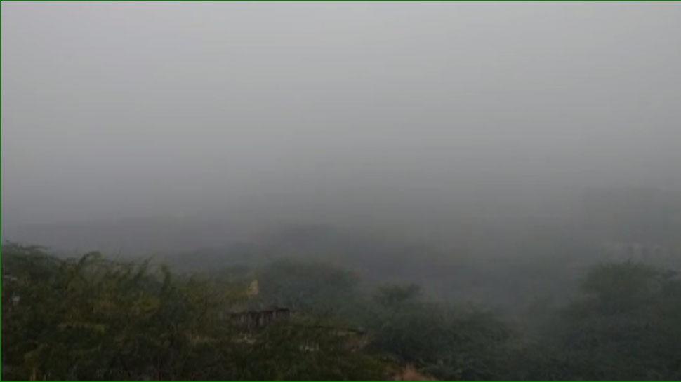 घने कोहरे के आगोश में लिपटा सवाई माधोपुर, गिरे तापमान से बढ़ी ठंड