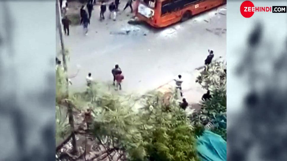 दिल्ली: उपद्रवियों ने बस को घेर लिया, फिर दनादन बरसाने लगे ईंट-पत्थर, भयावह है VIDEO