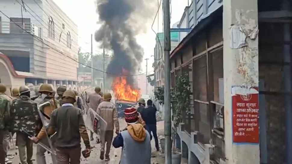 CAA Protest: यूपी में कई जगहों पर उग्र प्रदर्शन, जमकर हुआ पथराव और आगजनी