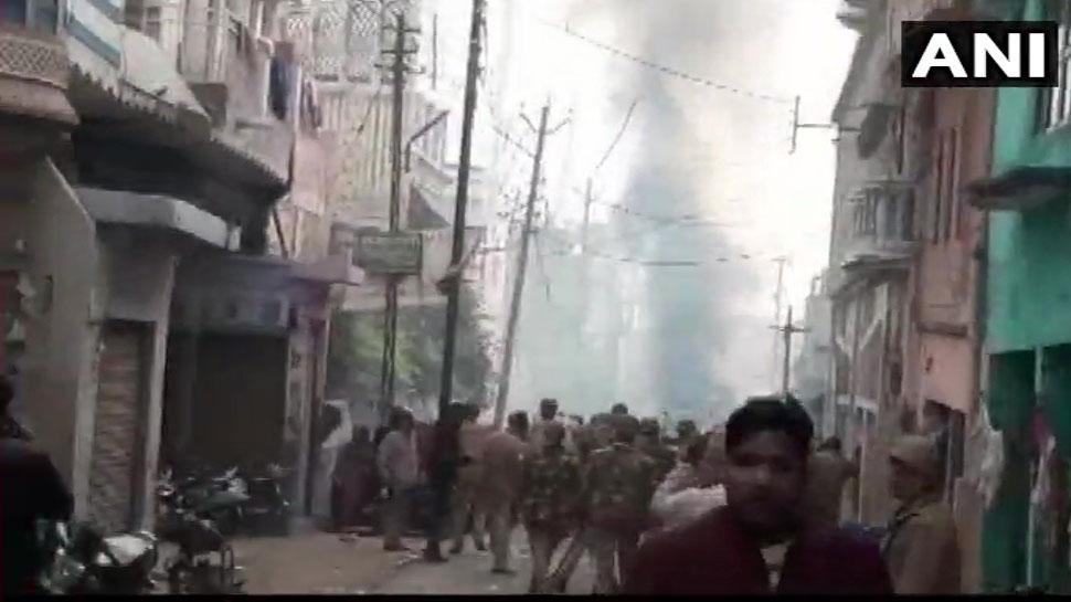 CAA Protest: फिरोजाबाद में उपद्रवियों ने पुलिस पर की फायरिंग, चौकी भी फूंकी