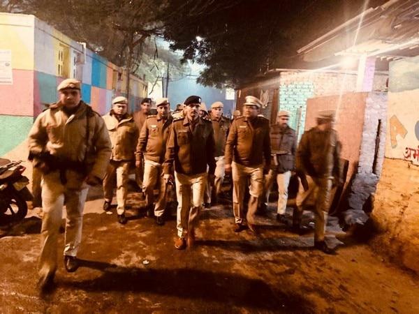 दिल्ली में प्रदर्शनकारियों की हिंसा से पुलिस अधिकारी घायल