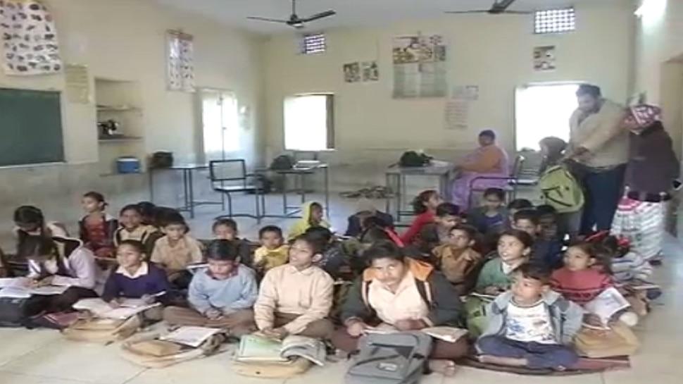 जोधपुर: मंदिर के हॉल में चल रहा स्कूल, सुबह पढ़ाई की शुरुआत भजन-कीर्तन के साथ