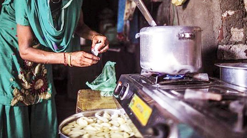 पाकिस्तान में रसोई गैस की भारी किल्लत से मचा हाहाकार, घरों में लकड़ी जलाकर पकाना पड़ रहा खाना