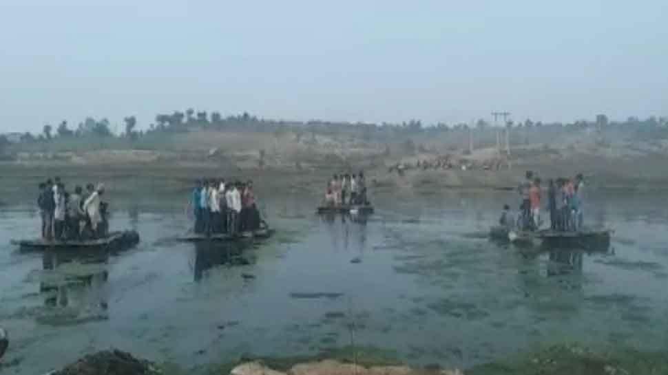 बड़वानी: पुलिया निर्माण को लेकर ग्रामीणों का जल सत्याग्रह, पुलिस ने 4 लोगों को किया गिरफ्तार