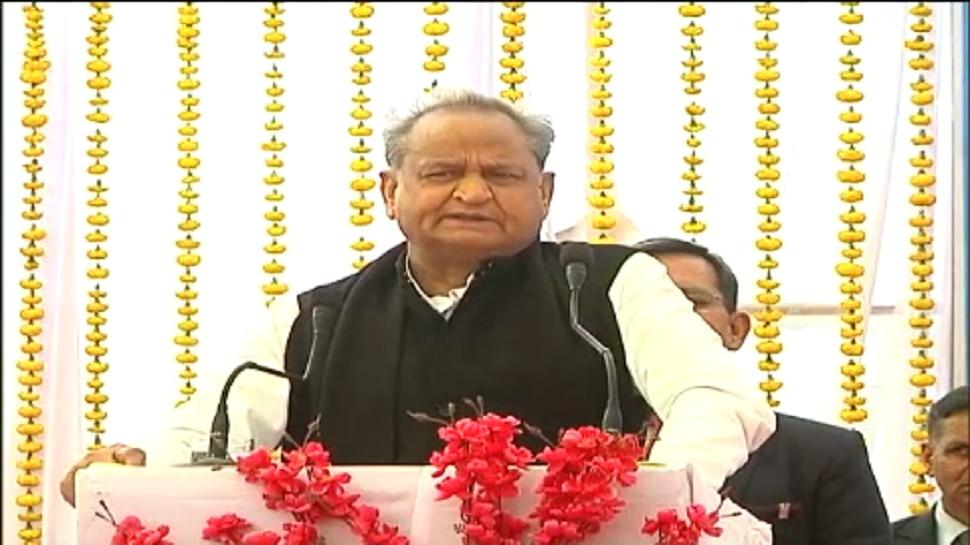 चित्तौड़गढ़ दौरे पर CM गहलोत, निंबाहेड़ा में निशुल्क चिकित्सा शिविर में हुए शामिल