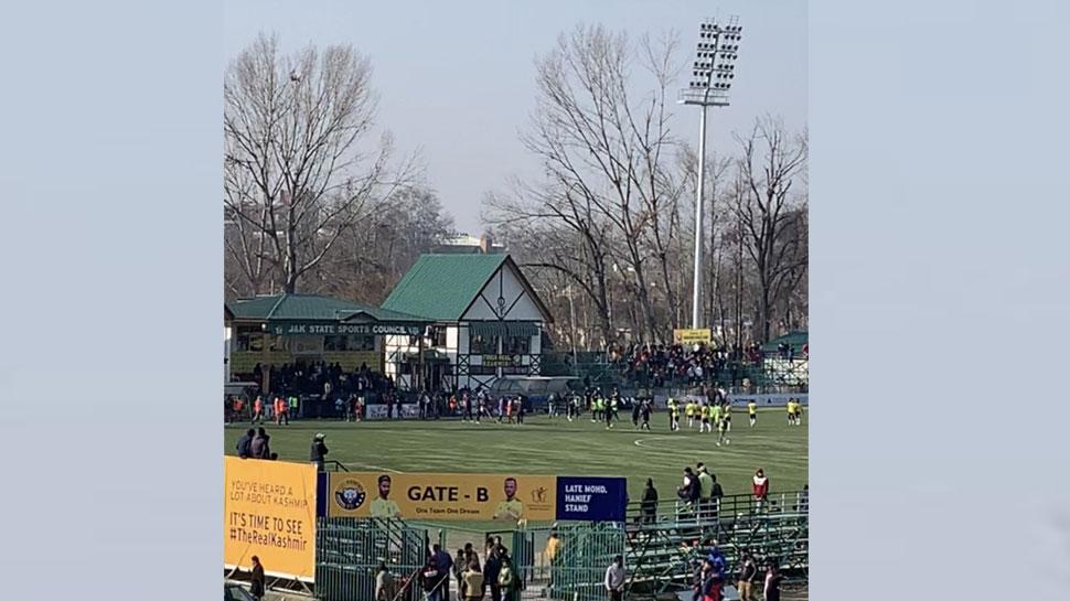 जम्मू कश्मीर में पांच महीने बाद हुआ फुटबाल मैच, उमड़े दर्शक