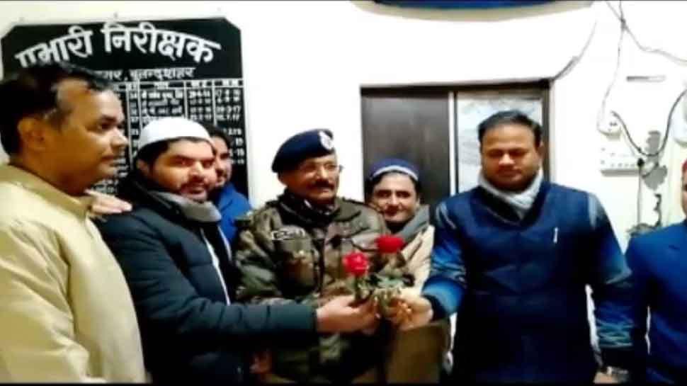 बुलंदशहर: CAA विरोध में हुए नुकसान के लिए DM को सौंपा डिमांड ड्राफ्ट, फूल देकर जताया आभार