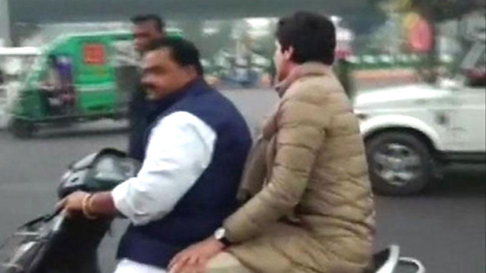 लखनऊ: यूपी पुलिस ने रोका तो बिना हेलमेट स्कूटी पर बैठ भागीं प्रियंका गांधी