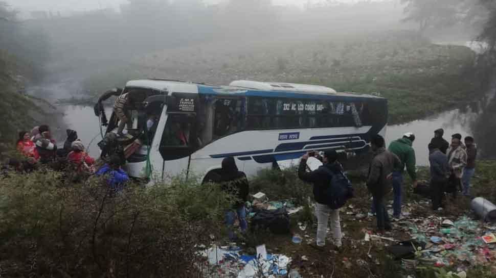 जबलपुर: रेज रफ्तार बस ने साईकिल सवार को रौंदा, अनियंत्रित हो नाले में पलटी, 40 यात्री घायल