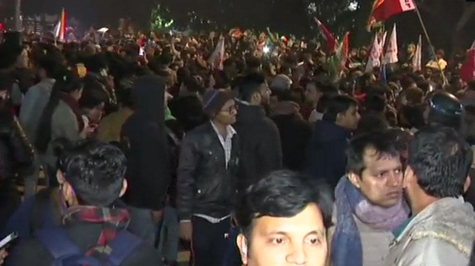 नकाबपोश भीड़ ने JNU पर बोला हमला, छात्र-शिक्षक समेत 20 से ज्यादा घायल, गृह मंत्रालय ने मांगी रिपोर्ट