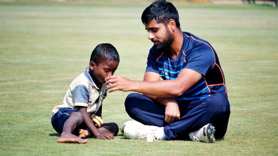 इस क्रिकेटर ने बीच मैदान में भूखे बच्चे को खिलाया खाना, पिलाई चाय; फोटो हो रही वायरल