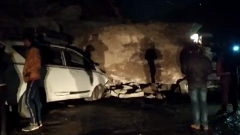 उत्तराखंड: पहाड़ से गिरी चट्टान, मलबे के नीचे दब गए चार वाहन