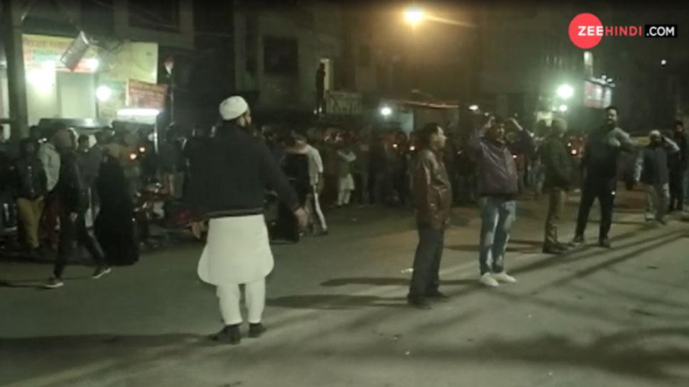 VIDEO: CAA का एक विरोध ऐसा भी, प्रदर्शनकारियों ने लोगों को नहीं होने दी दिक्कत