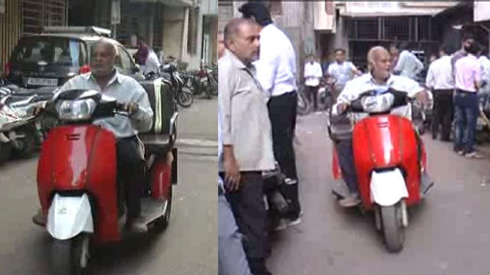 कबाड़ से बनाई इलेक्ट्रिक बाइक, मशहूर कार कंपनी के मालिक भी हैरान; मीटिंग की जताई इच्छा