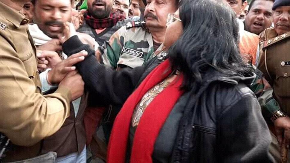 VIDEO: महिला कलेक्टर ने प्रदर्शनकारी को मारा थप्पड़, CAA के समर्थन में निकली रैली में बवाल