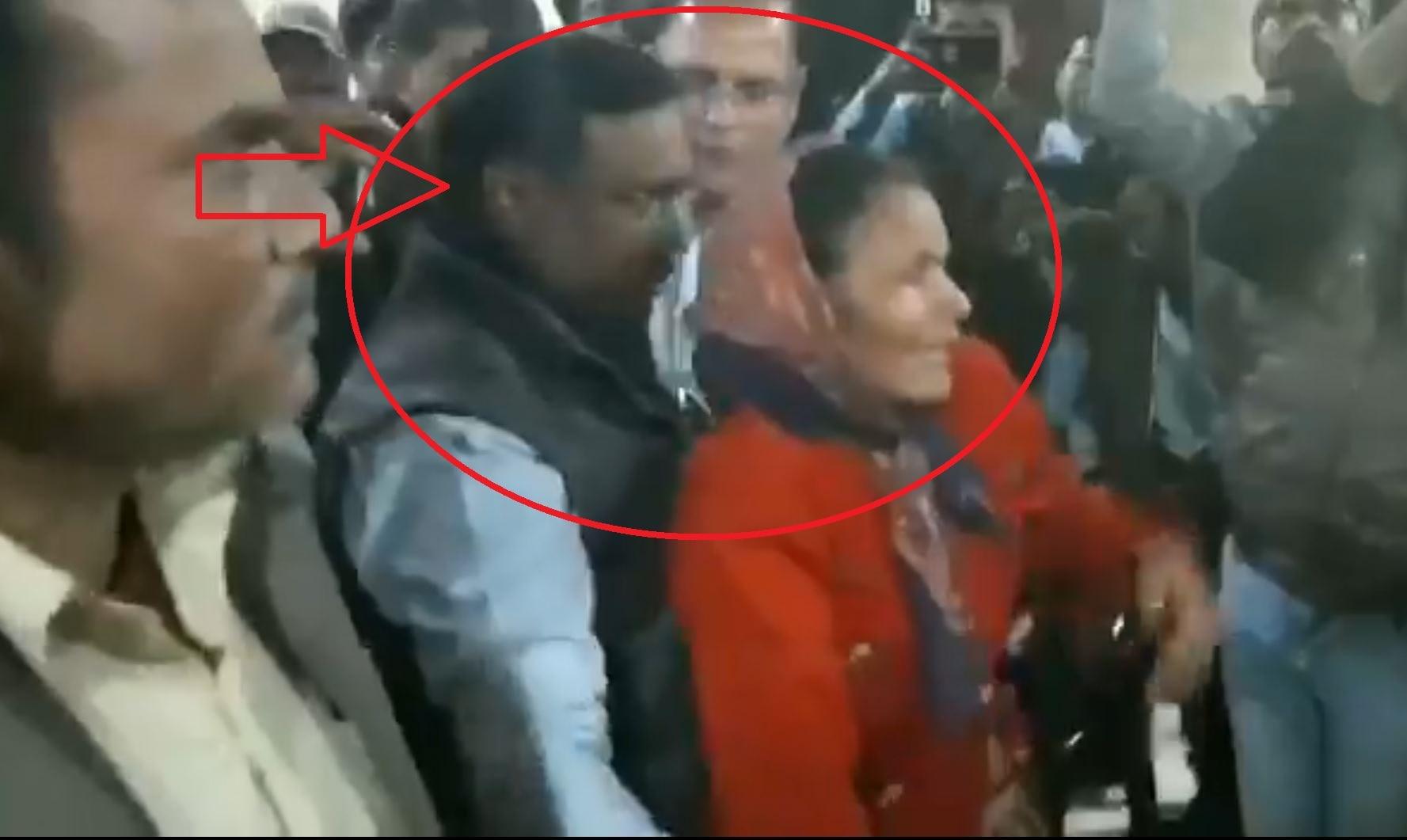 कमलनाथ के मंत्री ने महिला को धक्के मार कर निकाला बाहर