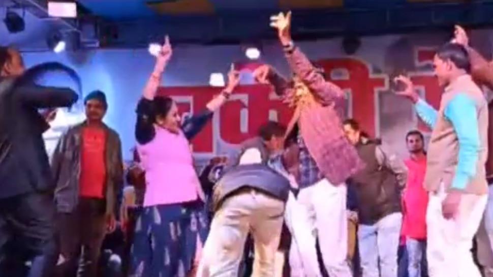 MP: बुंदेली गीतों पर पति संग जमकर थिरकीं MLA रामबाई सिंह, बरसे फूल और नोट