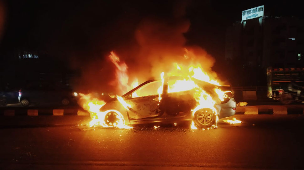 दिल्ली: कार में लगी भीषण आग के बाद मची अफरा-तफरी