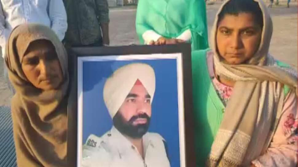 पति के फोन का इंतजार करती रही पत्नी, कुछ देर बाद आई शहादत की खबर