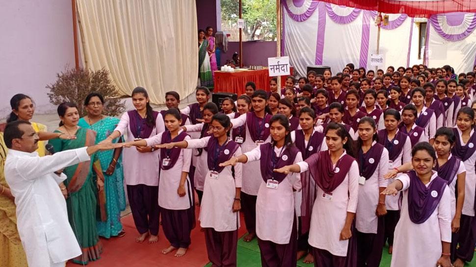 टीचर्स ने छात्राओं को दिलाई 'लव मैरिज' न करने की शपथ, मचा बवाल