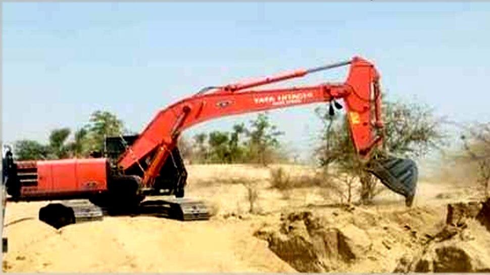 जालोर: नर्मदा नहर के किनारे वन विभाग ने लगाए पेड़, अब PWD का ठेकेदार चला रहा जेसीबी