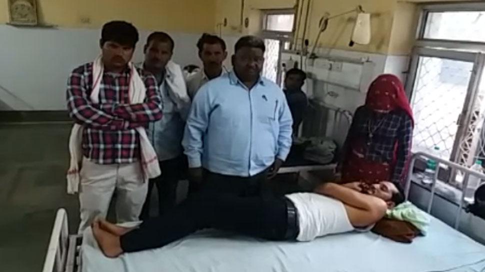 बकाया वसूली करने गए कर्मचारियों पर गांव वालों ने किया पथराव, अस्पताल में भर्ती