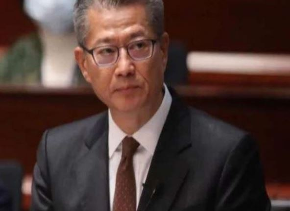 हांगकांग दे रहा है अपने लोगों को दस-दस हज़ार डॉलर