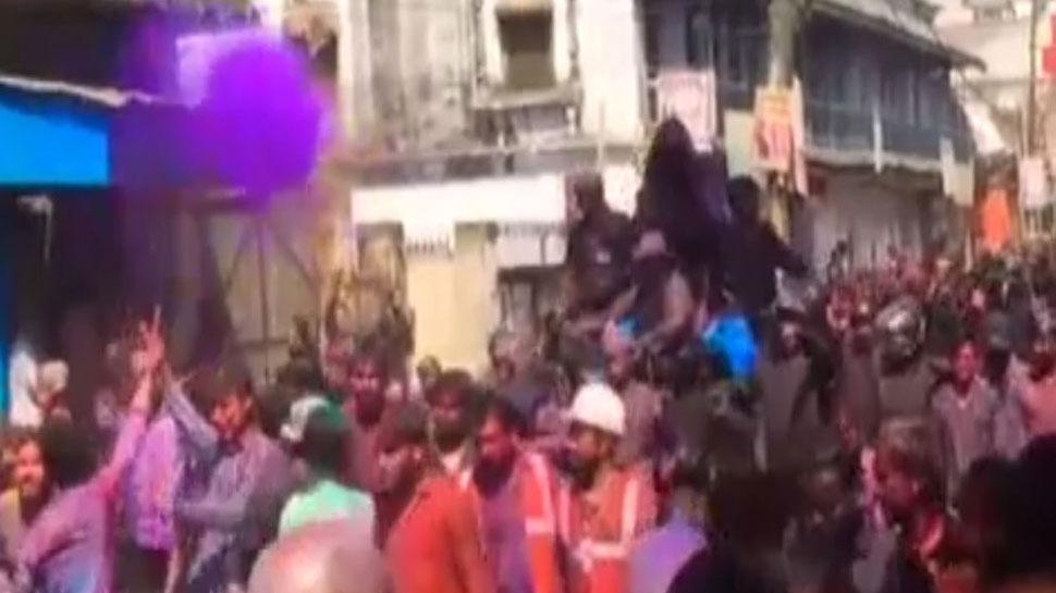 शाहजहांपुर में रंगों के त्यौहार पर 'लाट साहब' को पड़ते हैं जूते, जानिए क्यों खेली जाती है ये अनोखी होली