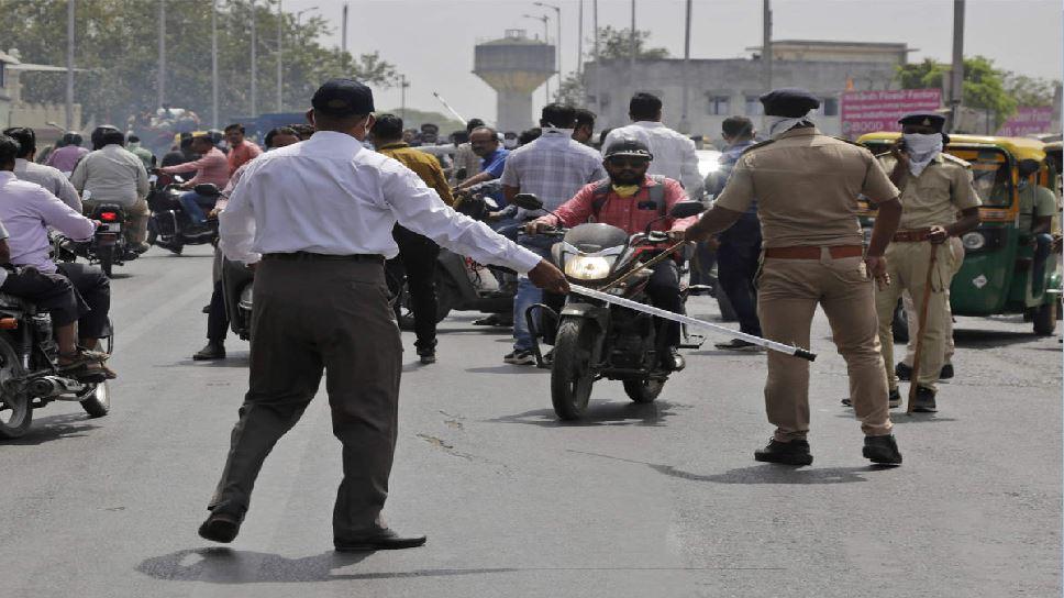 बेगूसराय में सड़क पर उतरे लोगों की पुलिस ने पहले की पिटाई, फिर कराई उठक-बैठक
