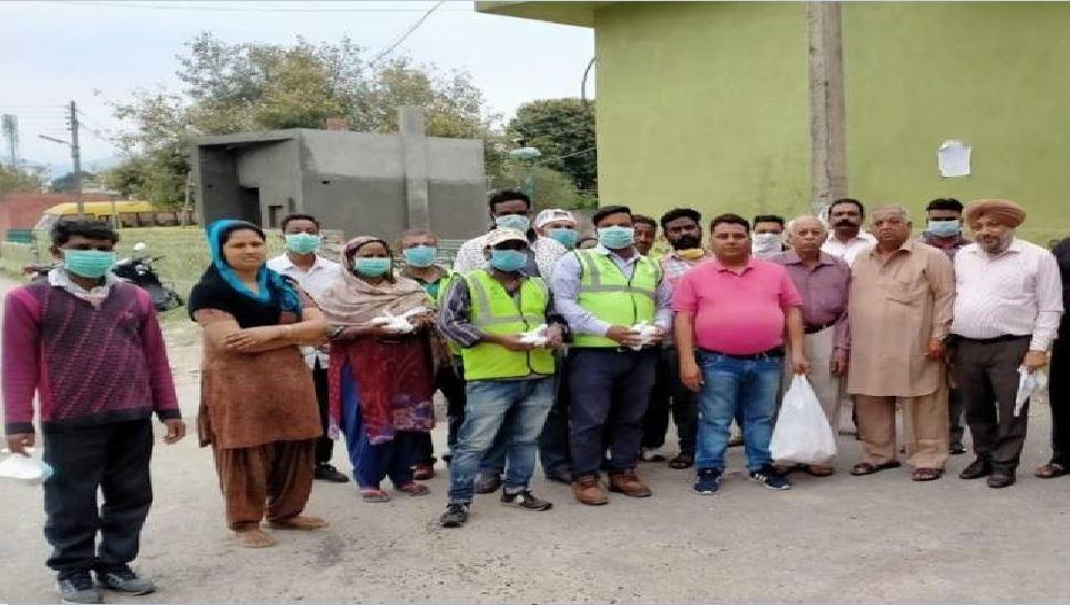 झारखंड: कोरोना से बचाव के लिए सहयोग कर रहे लोग, जरुरतमंदों को बांट रहे सेनिटाइजर