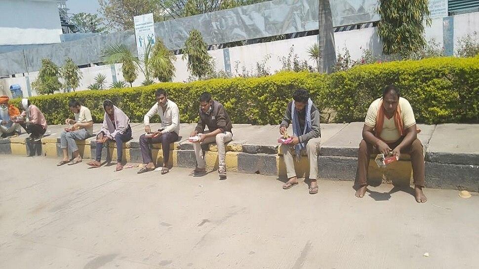 लखनऊ: पैदल ही अपने घरों को लौट रहे मजदूरों-कामगारों को RSS उपलब्ध करा रहा भोजन