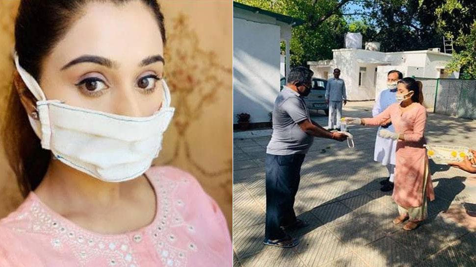 HRD मंत्री रमेश पोखरियाल निशंक की बेटी घर पर ही बना रही हैं खादी मास्क