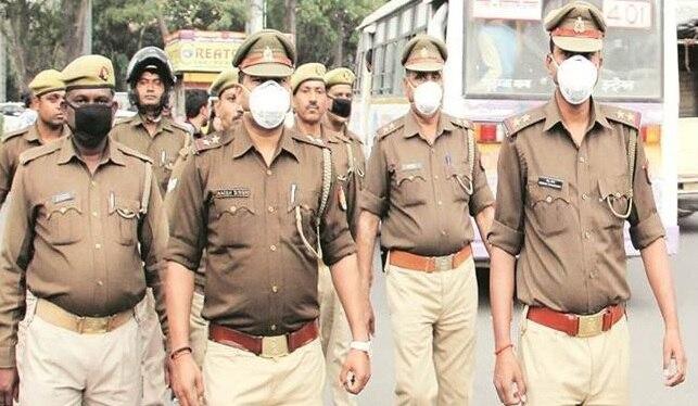पुलिस प्रशासन का जनता ने तालियों और फूलों से किया स्वागत
