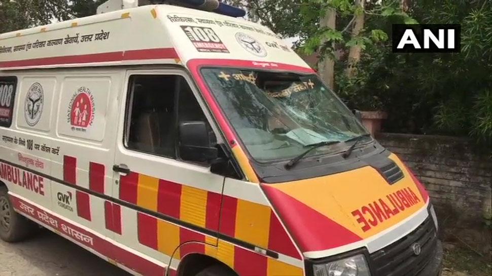 VIDEO: कोरोना के मरीज को ले जा रही एंबुलेंस और पुलिस की गाड़ी पर पथराव, तोड़फोड़