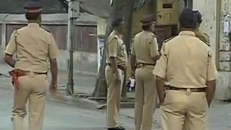 UP: बीच सड़क बेरहमी से पिटती रही महिला, मूकदर्शक बन देखता रहा सिपाही