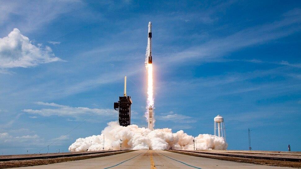 अंतरिक्ष में नए युग का आगाज, निजी कंपनी SpaceX का स्पेसक्राफ्ट अंतरिक्ष यात्रियों को लेकर हुआ रवाना