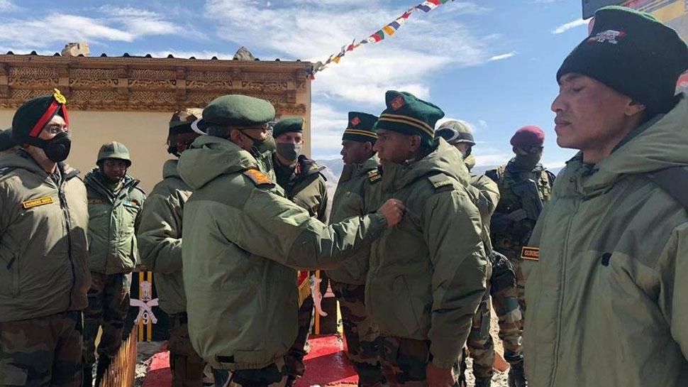 लद्दाख: सेनाप्रमुख ने चीनी सेना का मुकाबला करने वाले सैनिकों को किया सम्मानित