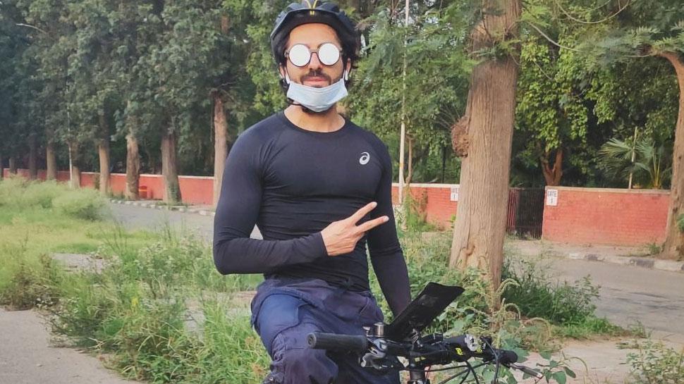 खुद को फिट रखने के लिए पसीना बहा रहे आयुष्मान खुराना, साइकिल चलाते आए नजर