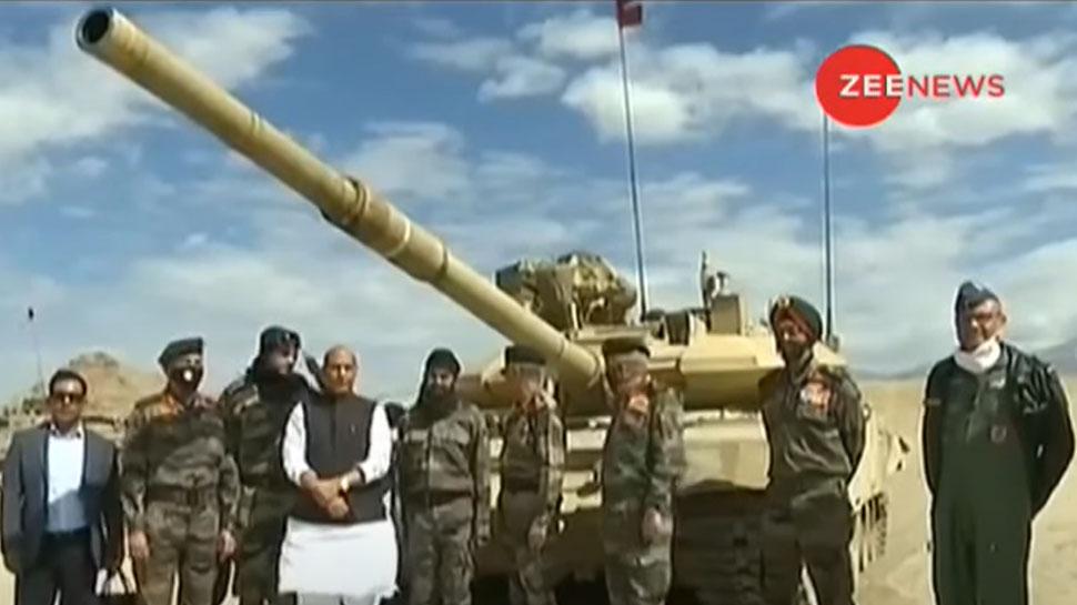 लेह में सेना का युद्धाभ्यास, रक्षा मंत्री ने हथियार उठाकर दिया ये सख्त संदेश