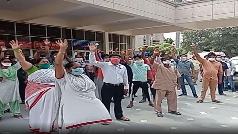 लखनऊ: लोहिया अस्पताल में काम-काज छोड़कर कर्मचारी क्यों कर रहे हैं नारेबाजी?