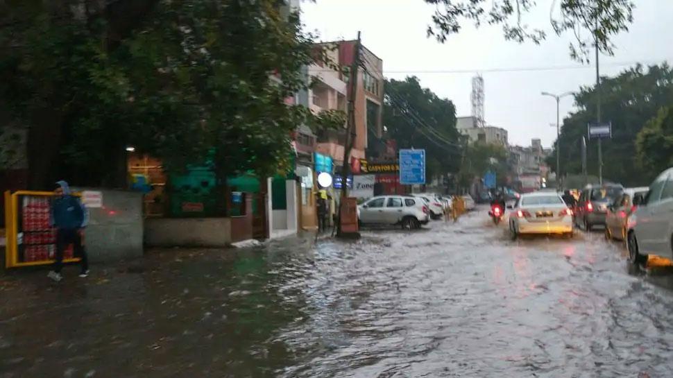 दिल्ली में बारिश का कहर, सड़क पर जमा पानी में पैर फिसलने से शख्स की मौत