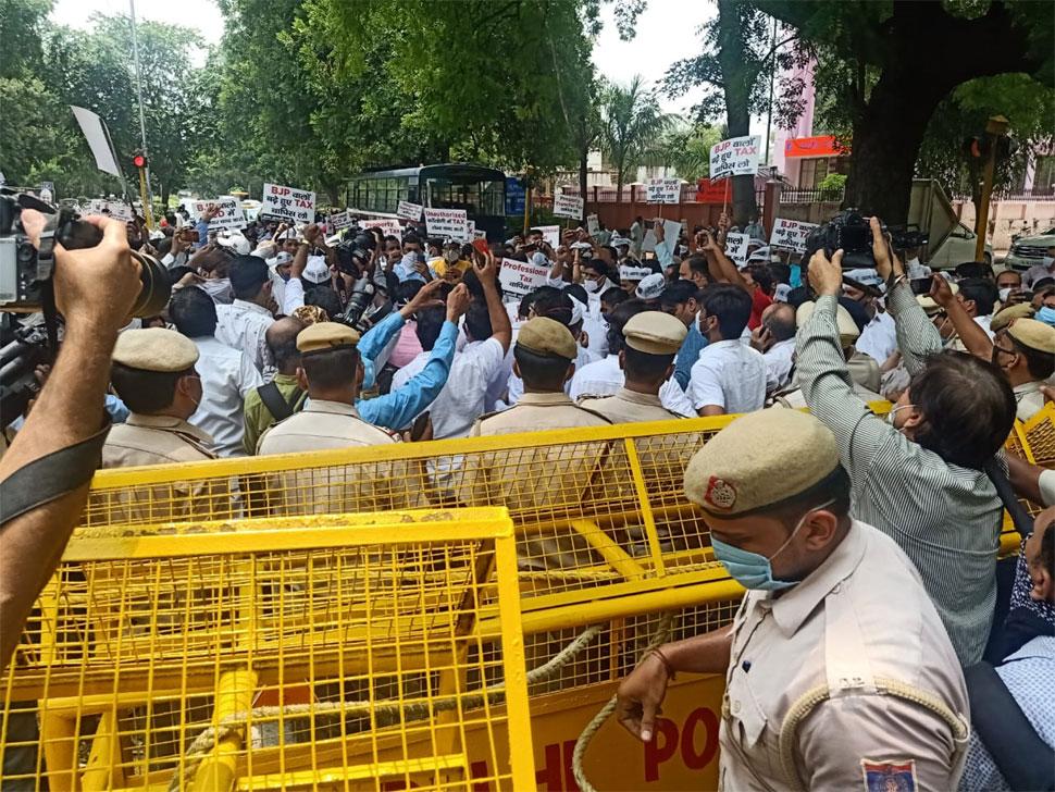 AAP ने MCD टैक्स बढ़ोतरी के खिलाफ बीजेपी मुख्यालय पर किया प्रदर्शन