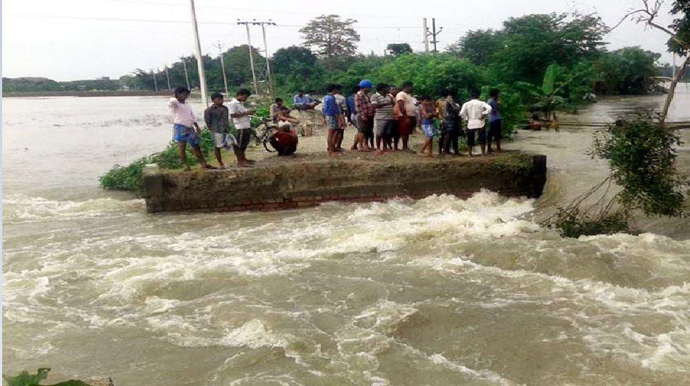 बिहार: घरों में घुसा पानी तो बाढ़ पीड़ितों की 'शरणस्थली' बना सड़क का किनारा