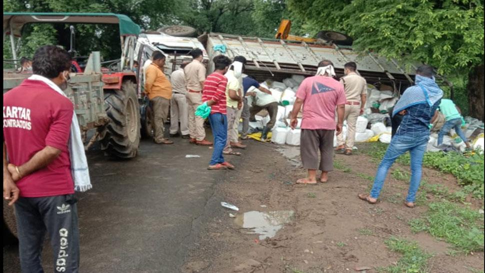MP: नरसिंहपुर में पलटा ट्रक, एक ही परिवार के 4 लोगों की मौत